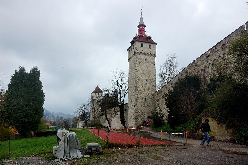 Сенная (Heu) и, вдали, Часовая (Zyt) башня