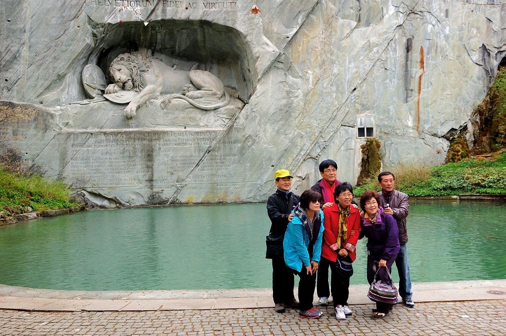 Умирающий лев и наши китайские друзья :)
