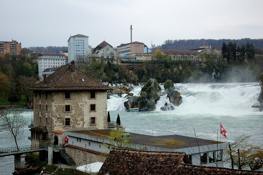 Вид на водопад и туристический центр