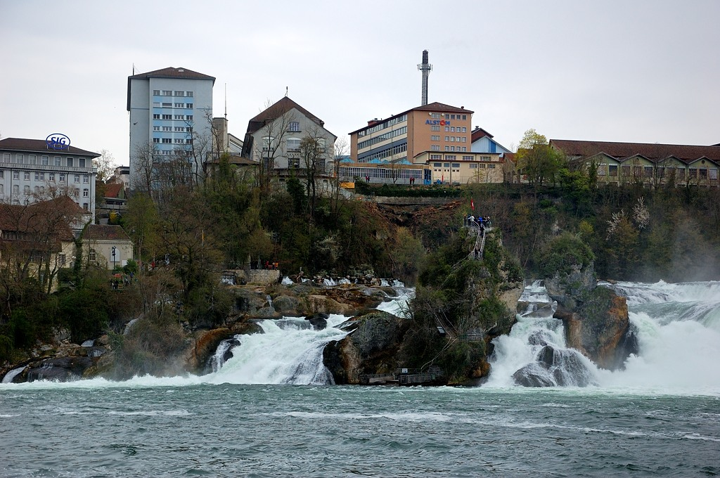 Водопад и скала посреди воды
