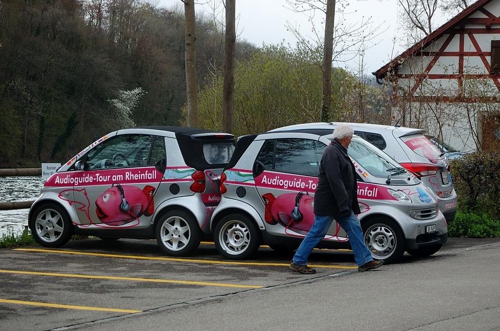 Машинки прислонились попами :)