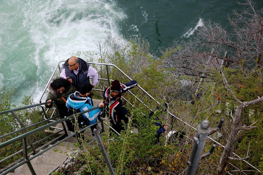 Народ карабкается по лестнице