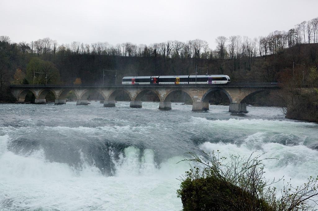 По ж/д мосту проносится поезд