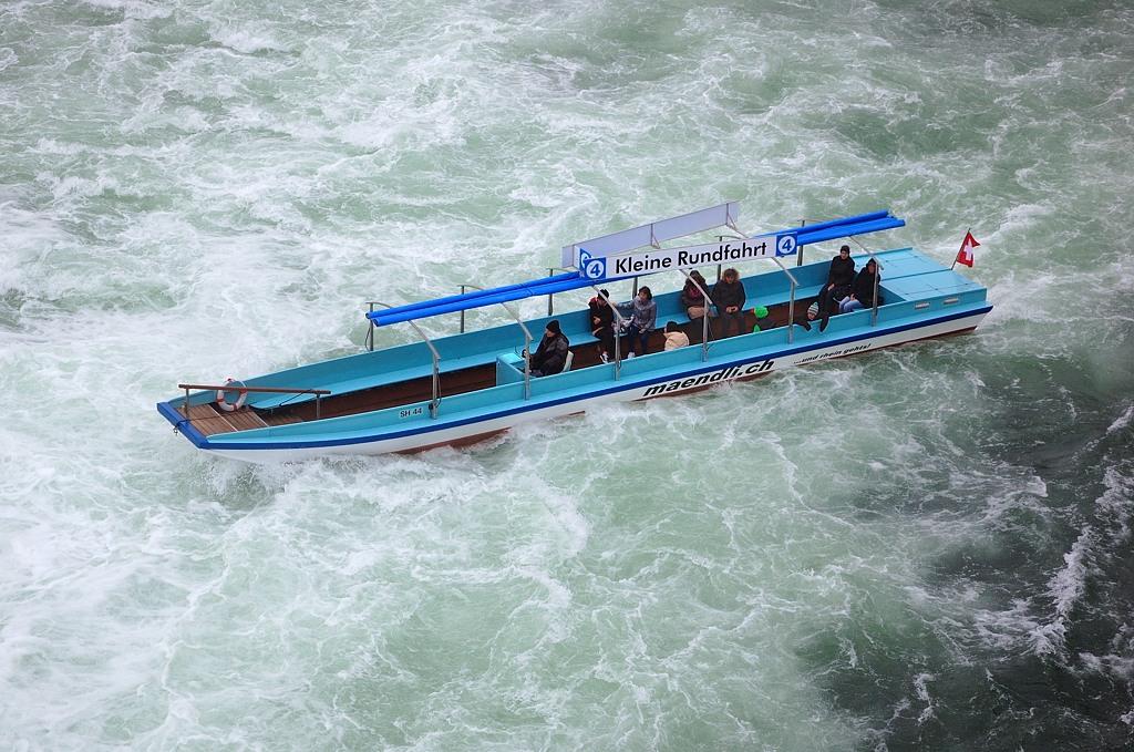 Кораблик среди бурлящей воды