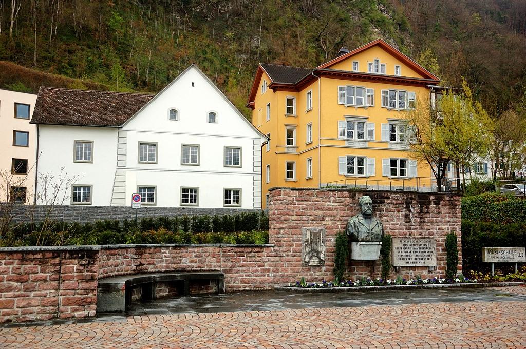 Домики и памятник