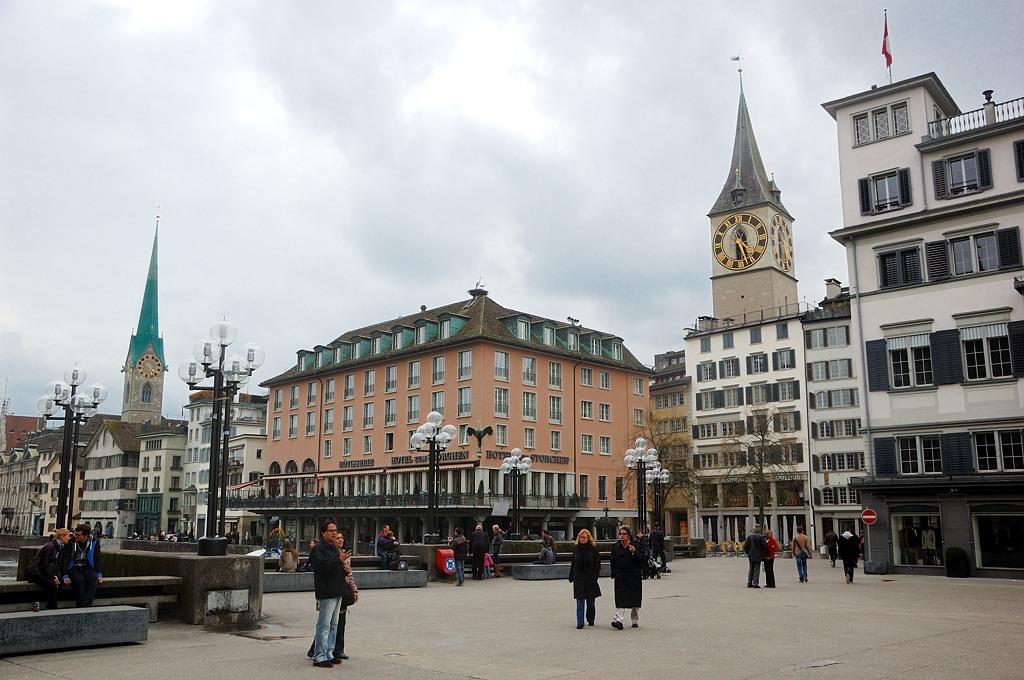 Пешеходная зона на мосту через Лиммат. Слева церковь Фраумюнстер, справа - Св. Петра