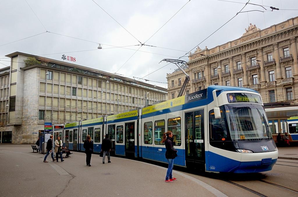 Трамвай на Парадеплац. Здесь находятся главные швейцарские банки