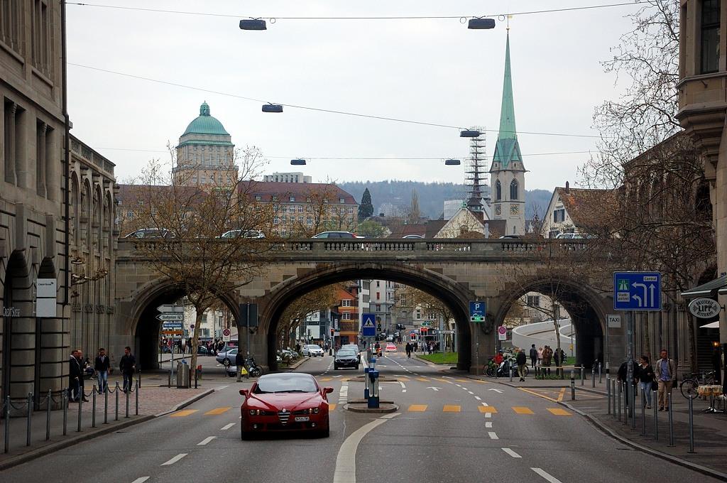 Мост в центре Цюриха. Справа - купол церкви Предигеркирхе